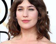 イギリス人女優 ローラ・カーク(26)が、レッドカーペットのドレスでわき毛を露出!
