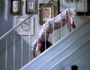 映画エクソシストの悪魔にとり憑かれた女がブリッジで階段降りるシーン!