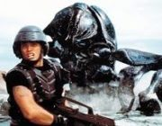 映画『スターシップ・トゥルーパーズ』(1997)とは何だったのか?人間vs巨大昆虫!軍国主義への風刺に満ちたSF戦争映画