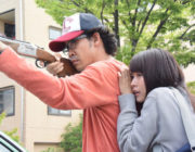 映画で銃の撃ち方を教えるシーンがごまんとあるが